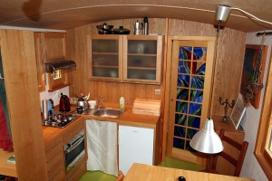 Küche mit Spüle und Gasherd