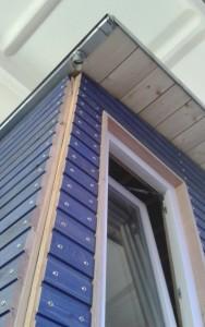 Rückfront mit Dachüberstand und Regenrohr zur Zisterne