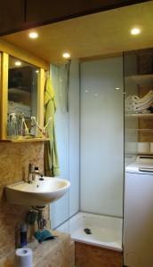 Raumwunder Bad / Einbaudusche mit Sicherheitsglas und emaillierte Stahlbrausewanne