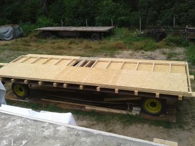 Die Balkenlage ist fertig montiert, die Wände zum aufrichten vorbereitet