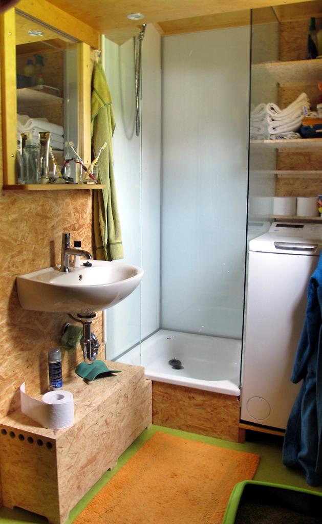 Einbaudusche mit Sicherheitsglas und emaillierte Stahlbrausewanne, Bodenbelag: Linoleum