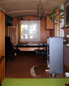 Der Bodenbelag trennt den Wohn- und Küchenbereich (Wohnbereich: Kork, Küche: Linoleum)