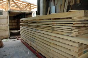 Fertig gestapeltest Holz für die Trockenkammer